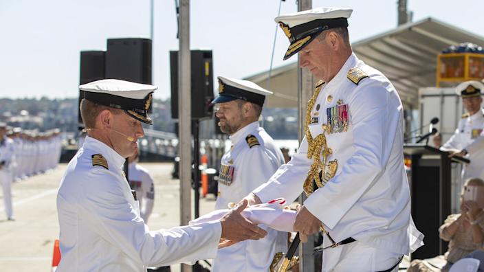 Úředníci australského námořnictva provádějí slavnostní zprovoznění vybavení HMAS Supply