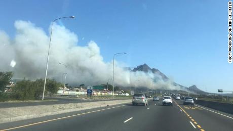 Turistům bylo řečeno, aby z oblasti evakuovali.