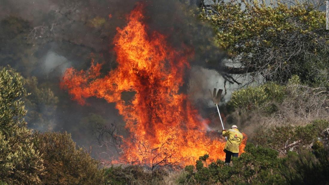 """Požár v Kapském Městě: V národním parku Table Mountain vypukl požár """"mimo kontrolu"""""""
