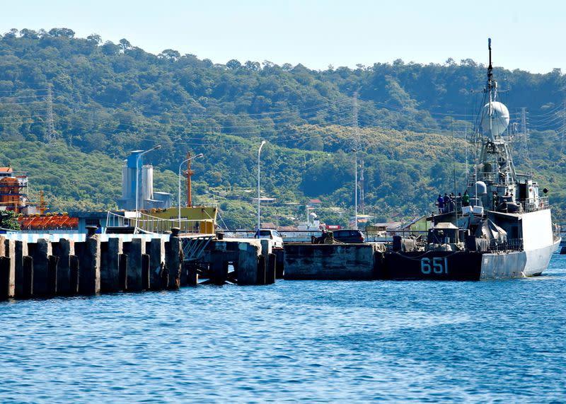 Čas se krátí kvůli ztrátě indonéské ponorky, když se k pátrání přidají Spojené státy
