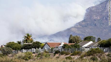 Ze Stolové hory v Kapském Městě stoupá hustý kouř.