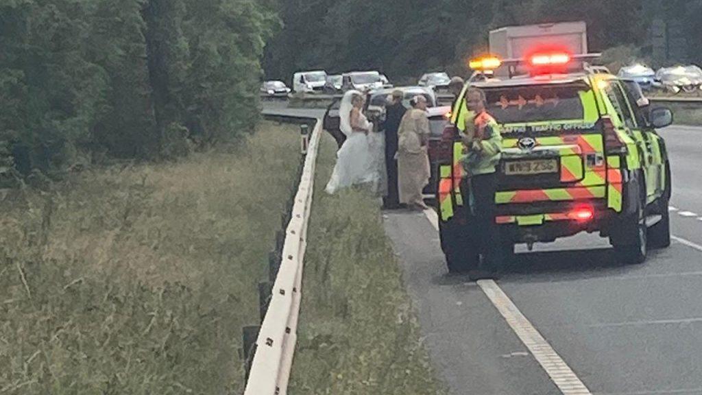 Policie zachránila nevěstu poté, co se jí na cestě na svatbu porouchalo auto