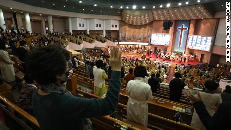 Křesťané navštěvují velikonoční mši se sociálním odstupem v evangelické církvi Yeouido 4. dubna v jihokorejském Soulu.
