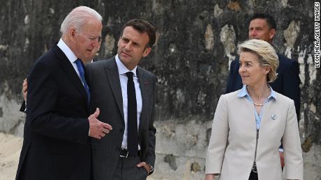 Prezident Joe Biden, prezident Francie, Emmanuel Macron a Evropská komise Ursula von der Leyen hovoří během summitu G7 11. června 2021.