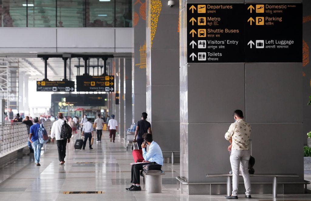 """Indie kritizuje nová britská pravidla cestování jako """"diskriminační"""", varuje před odvetou"""
