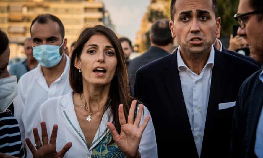 Římská starostka Virginie Raggiová vede kampaně v Ostii s italským ministrem zahraničí Luigim Di Maiem.