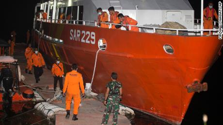Členové Národní pátrací a záchranné agentury (BASARNAS) se ve středu připravují na pátrací misi pro KRI Nanggala-402 v benoském přístavu na indonéském Bali.