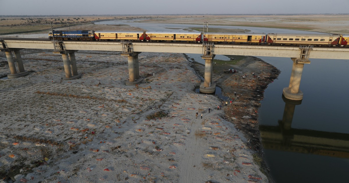 Stovky těl byly nalezeny pohřbeny v mělkých hrobech na březích indických řek