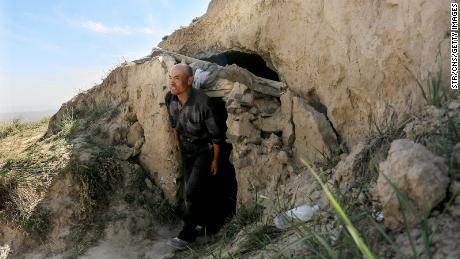 Tato fotografie pořízená 24. května 2021 ukazuje, že ovčák Zhou Kiming ukazuje jeskynní obydlí, kde ukrýval zraněné sportovce poblíž města Baiyin v provincii Gansu na severozápadě Číny.