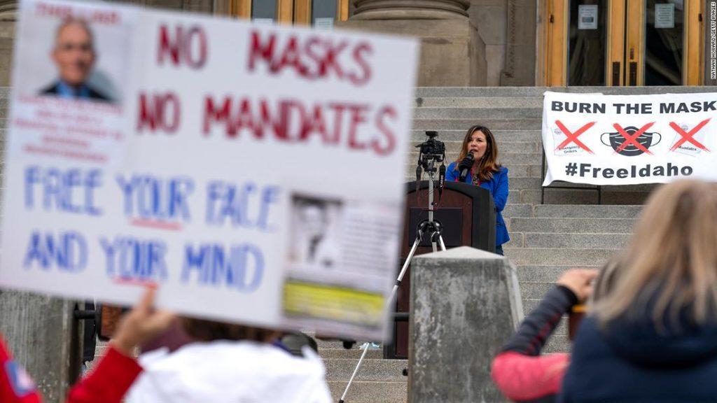 Guvernér Idaho podepisuje zákaz mandátů masky, když je guvernér mimo stát