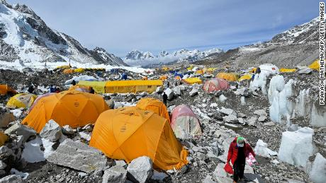 Covidské obavy se šířily na Mount Everest, protože horolezci riskují infekci, aby se dostali na vrchol světa