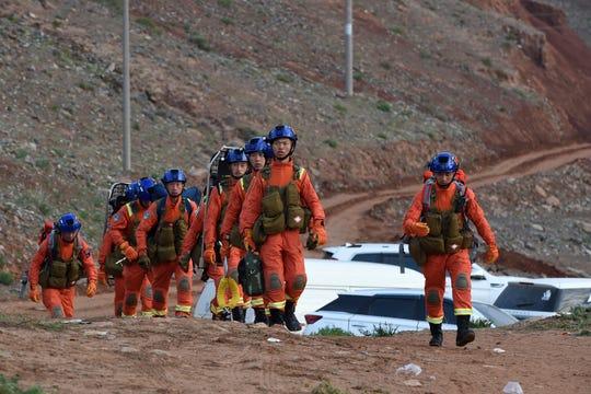 Na této fotografii poskytnuté Xinhuou vstupují záchranáři v neděli 23. května 2021 na místo nehody a hledají přeživší v okrese Jingtai v Baiyin City v provincii Gansu na severozápadě Číny.
