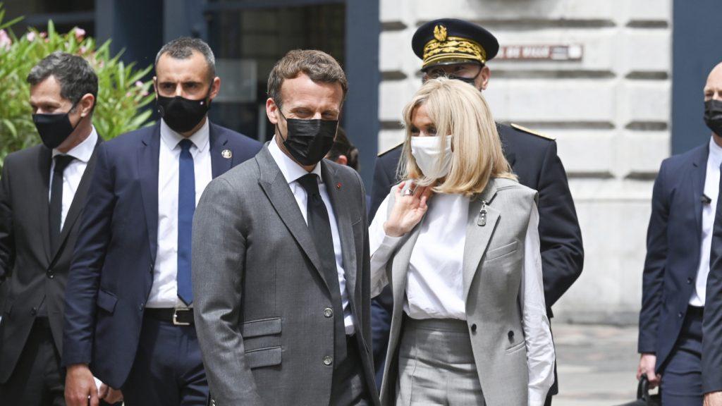 Francouzský prezident Macron dostal během návštěvy malého města plácnutí do tváře: NPR