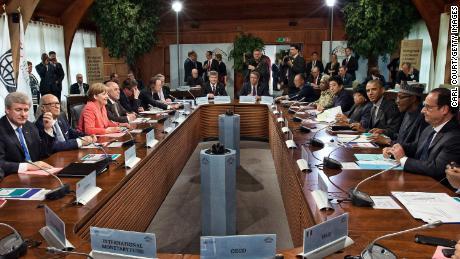 Vedoucí představitelé G7 a pomocní hosté, včetně německé kancléřky Angely Merkelové (2-R) a prezidenta Spojených států Baracka Obamy (2-L), se 8. června 2015 poblíž německého Garmisch-Partenkirchenu účastní pracovního zasedání na summitu G7 na zámku Elmau.