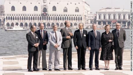 Sapporo Okita, Pierre Elliott Trudeau, Helmut Schmidt, Valerie Giscard de Esting, Francesco Cosiga, Jimmy Carter, Margaret Thatcherová a Roy Jenkins se účastní summitu G7 v roce 1980 22. června 1980 na ostrově San Giorgio v Benátkách.