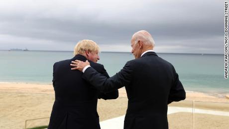 Předseda vlády Boris Johnson (vlevo) a americký prezident Joe Biden v Carbis Bay v Cornwallu před pátečním summitem Skupiny sedmi.