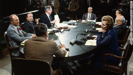 První oficiální zasedání hospodářského summitu sedmi nejvíce industrializovaných zemí světa v Burgess House.