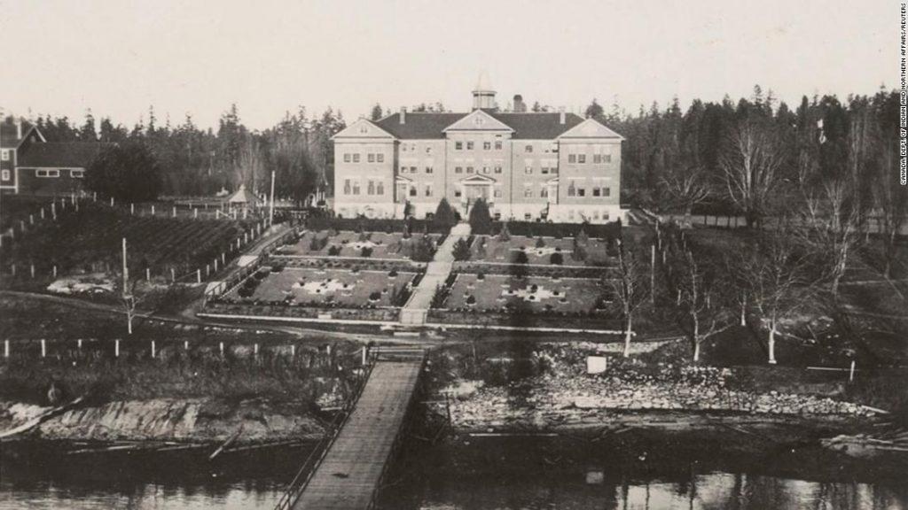 """Další neoznačené hroby byly objeveny v Britské Kolumbii v bývalé domorodé obytné škole známé jako """"kanadský Alcatraz""""."""