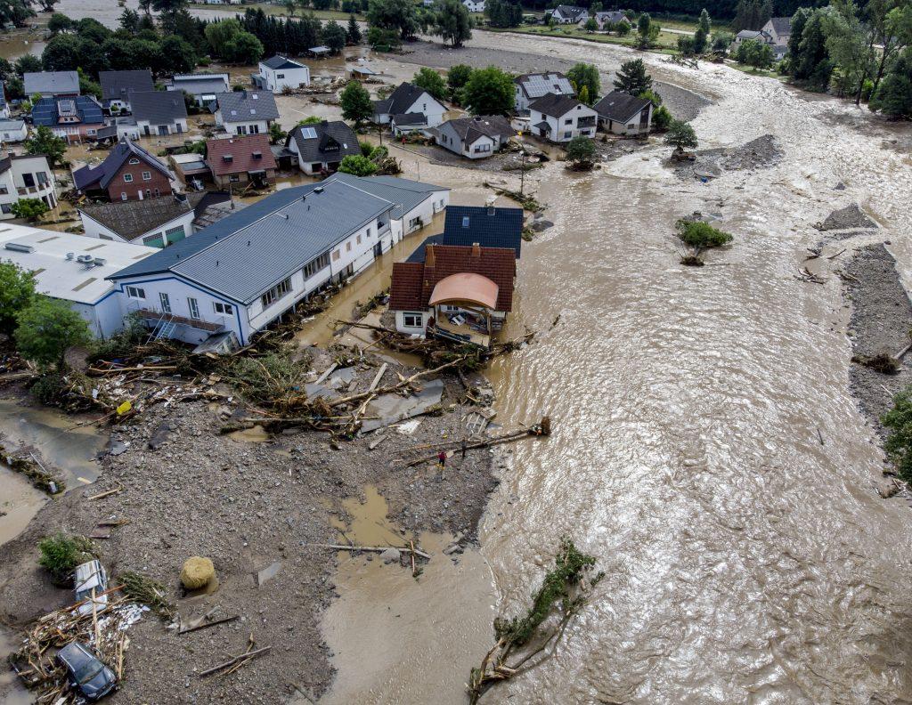 Německé povodně zabily 42, zatímco desítky jsou stále nezvěstné
