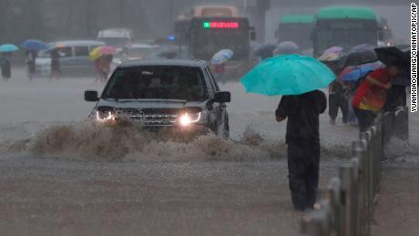 Silné povodně zasáhly střední Čínu po neobvykle silném dešti a síť metra v Čeng-čou byla ponořena do tekoucí vody.