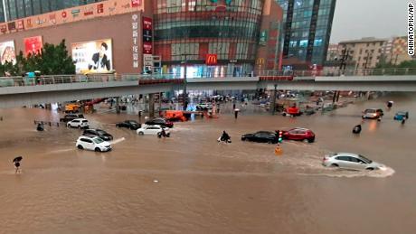 Automobily uvízly po silném dešti v úterý ve městě Zhengzhou, provincii Henan ve střední Číně.