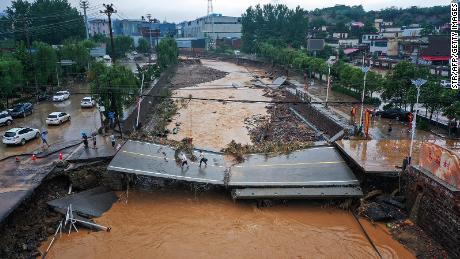 Počet cestujících roste, když cestující líčí hrůzy povodní v Číně
