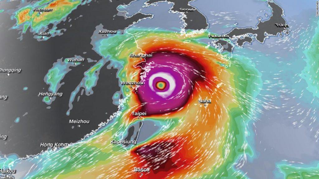 Typhoon N-Fa zasáhl jižní ostrovy Japonska, když se na obzoru rýsuje další tropická hrozba