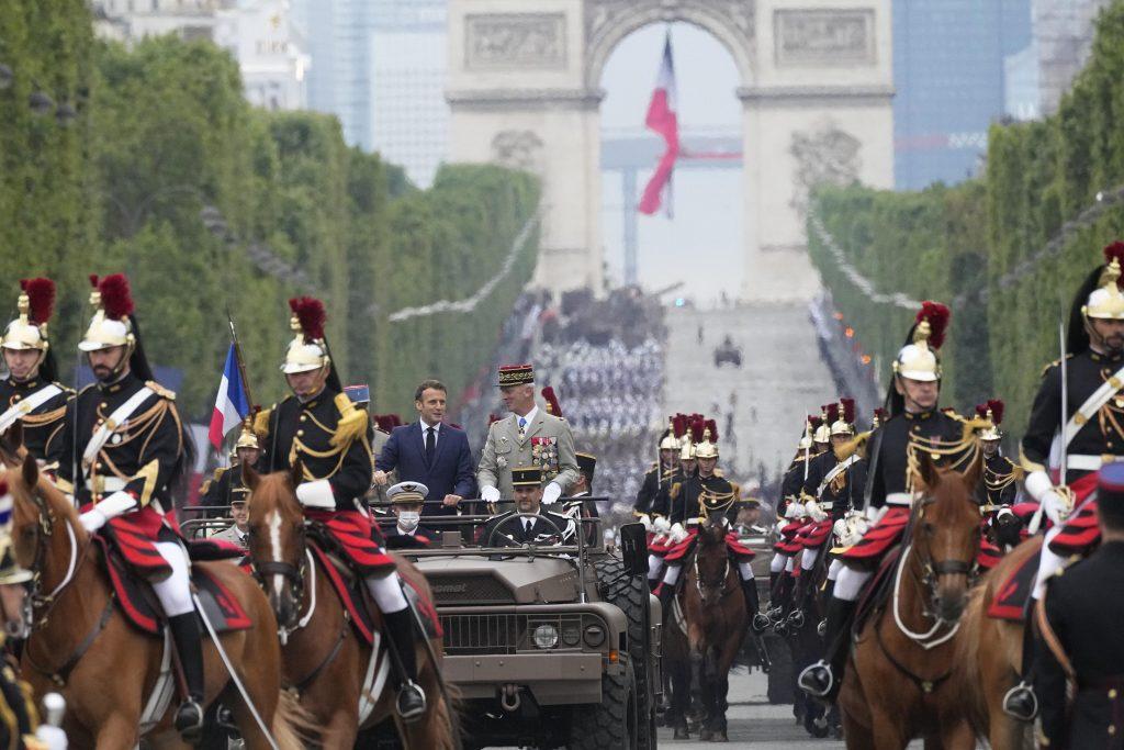Francie slaví Den Bastily uprostřed virových obav a napětí
