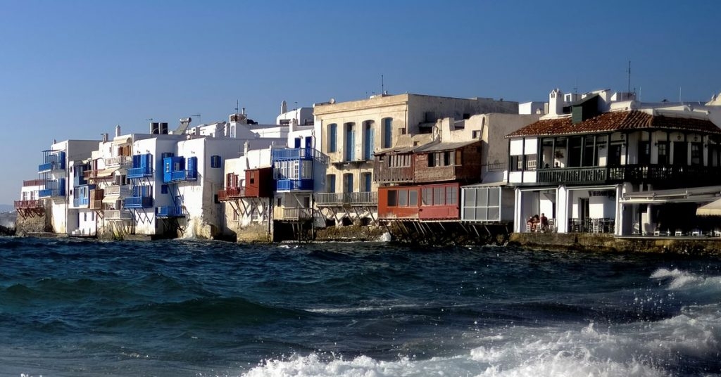 Hudba byla na řeckém ostrově Mykonos zakázána v nových omezeních COVID-19