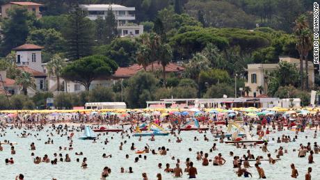 Lidé ve středu odpočívají na moři na Sicílii v Palermu.