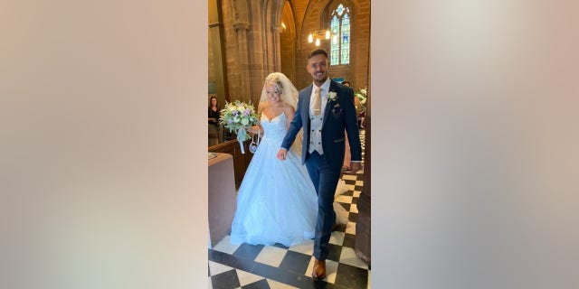 Evans Hughes byla vyfotografována se svým manželem Tidorem v den jejich svatby.