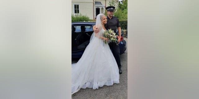 Fotografii Lydie Evans Hughesové pořídil inspektor Matt Geddes, který ji minulý týden odvezl na svatbu.