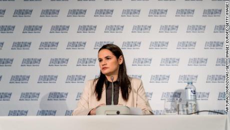Exilová opoziční politička Svetlana Tikanovskaya se po útěku z Běloruska poprvé veřejně objeví v litevském Vilniusu v srpnu 2020.